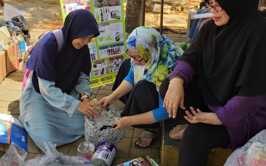 FROM TRASH TO CASH : PENGALAMAN MENYALURKAN SAMPAH KE BANK SAMPAH
