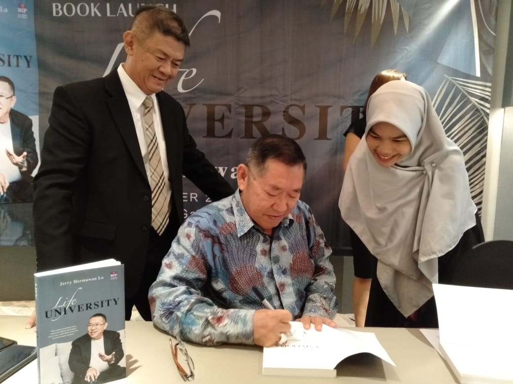 Jerry Hermawan Lo, review buku Life University ayunafamily.com