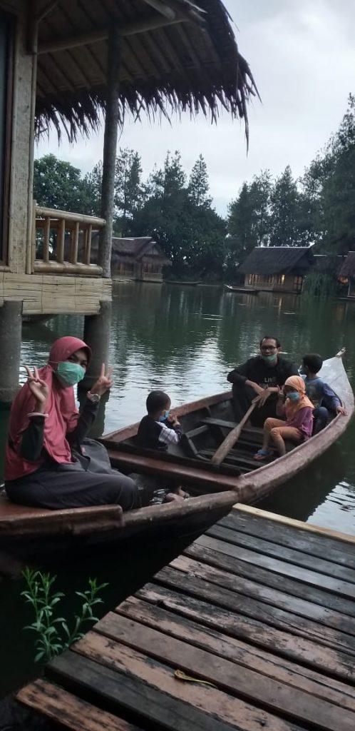 Naik perahu di Kampung Sampireun Garut