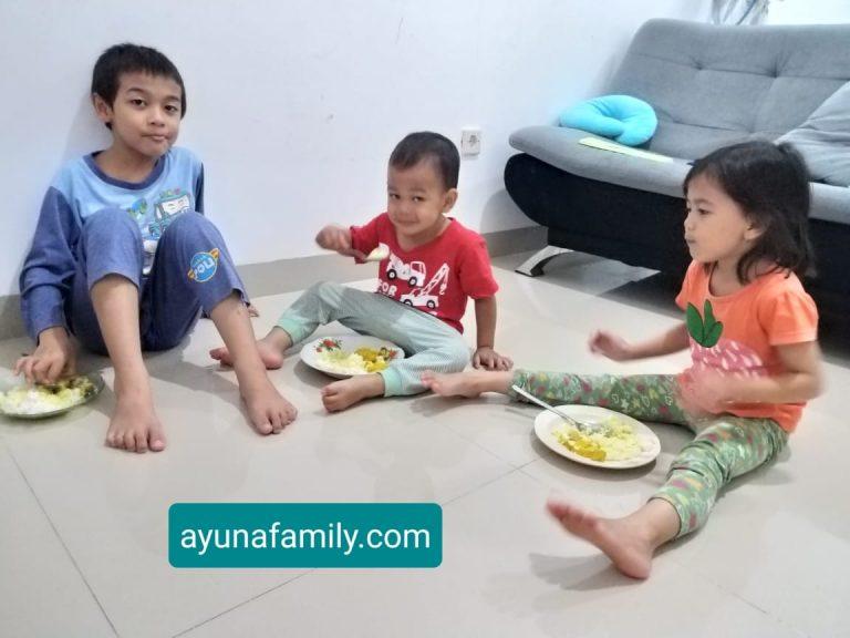 melatih anak makan sendiri
