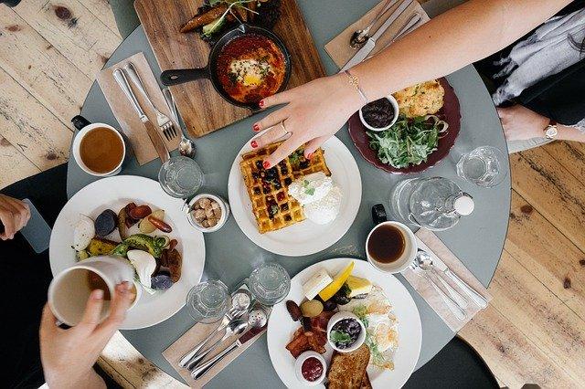 Masak makanan kesukaan anak, salah satu tips melatih anak makan sendiri