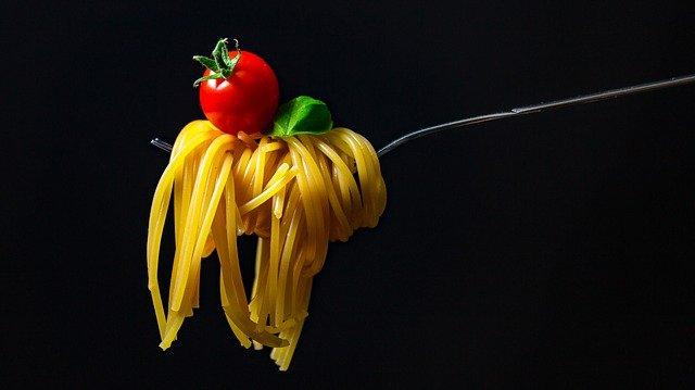tips melatih anak makan sendiri : kurangi porsi makan anak