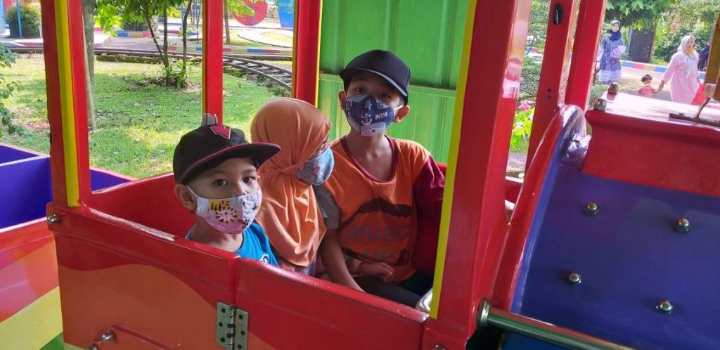 Kereta api di Telaga Pelangi